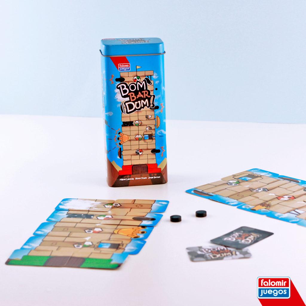 fotografía del juego con sus componentes: la caja de metal, las cartas y las fichas con forma de bala