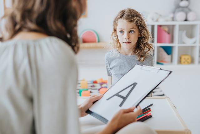mujer docente enseñando a una niña